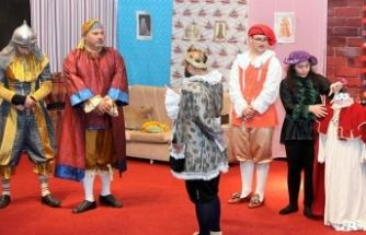İskele Belediye Tiyatrosu oyununu öğrenciler için sahneledi