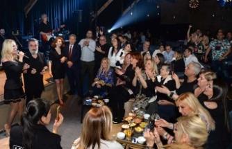 Letafet Bar'da sesiyle ve sazıyla konuklarını mest eden Soner Olgun'u, sanatçı dostu Seda Sayan da izledi