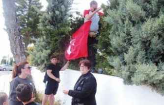 Binaya Türk bayrağı astılar