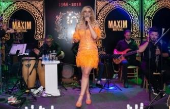 Gökçe Kırgız, Maxim Royal'de sezonun son sahnesinde en özel şarkılarını hayranları için seslendirdi