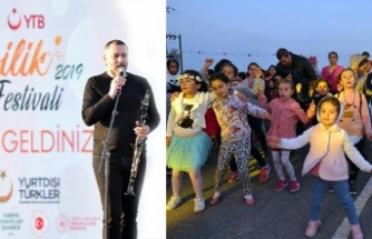 İyilik Festivali kapsamında sahne alan klarnet sanatçısı Hüsnü Şenlendirici, şarkılarıyla 7'den 70'e herkesi eğlendirdi