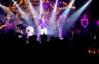 Türk pop müziğinin duayenlerinden Erol Evgin, Merit Crystal Cove Hotel'de sahne aldı