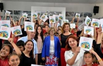 Meral Akıncı, Cumhurbaşkanlığı tarafından hazırlanan kitabı, Şehit Tuncer Özgürlük İlkokulu öğrencilerine dağıttı