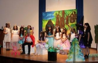 TED Kuzey Kıbrıs Koleji ortaokul ve lise kulüp öğrencilerinin yabancı dilde oynadığı oyunlar beğeni topladı
