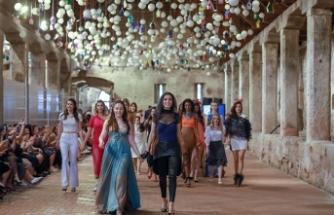 İstanbul Arel Üniversitesi öğrencilerinin hazırladığı Göç Defilesinde ünlü mankenler podyuma çıktı