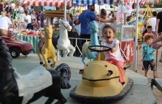 Lefkoşa'daki Fuar Alanı'nda kurulan bayram yerine akın eden çocuklar keyifli vakit geçirdi