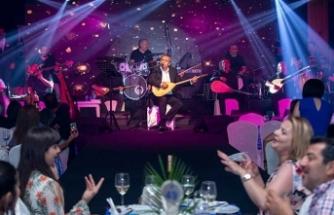 Merit Crystal Cove Hotel'de sahne alan Yavuz Bingöl ve İsmail Altusaray, adeta müzik ziyafeti sundu