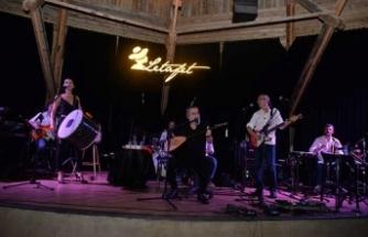 Türk Müziği'nin efsane şarkılarını söyleyen Olgun, konuklarına duygu dolu bir gece yaşattı