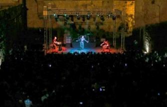 Türkiye'nin sevilen güçlü seslerinden Cem Adrian, Othello Kalesi'nde bir konser verdi