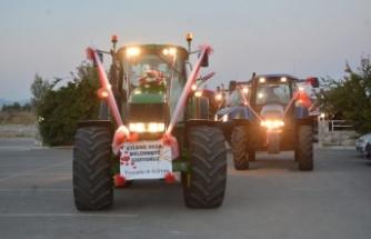 Başkent Lefkoşa'da son model traktörün içinde gelin ve damadı görenler şaşkınlıklarını gizleyemedi