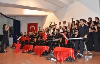 """Lefkoşa Belediye Orkestrası """"Sevdamızdır Türküler"""" konseri verdi"""