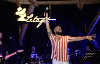 Merit Park Hotel'deki Letafet Lounge Bar'da sevilen sanatçı Ahmet Evan sahne aldı