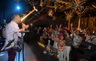 Korhan Saygıner, Ajda Pekkan, Sezen Aksu, gibi sevilen sanatçıların şarkılarını başarıyla seslendirdi
