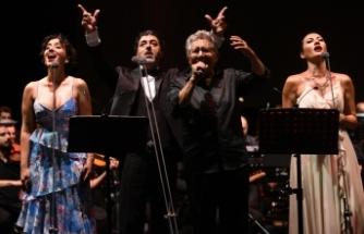 Zülfü Livaneli, yoğun istek üzerine üçüncü kez Bodrum Antik Tiyatro'da sahneye çıktı