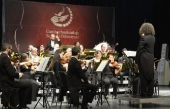 Akıncı çifti, öğrencilerle ve müzik severlerle birlikte konser izledi