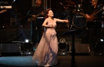 Candan Erçetin Bursa konserinde Mehmetçik için söyledi: