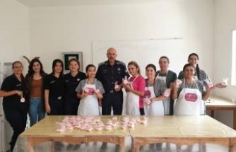 Kanser ayında, kadın mahkumlar için sağlıklı kurabiyeler yapıldı