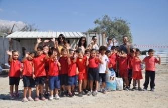 Şehit Salih Terzi İlkokulu ile Mehmetçik İlkokulu öğrencileri yanlarında getirdiği kuru mamaları hayvanlara armağan etti