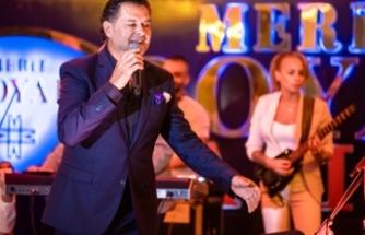 Lübnanlı şarkıcı Ragheb Alama, Merit Royal Hotel'in balo salonunda hayranlarıyla buluştu