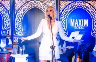 Maxim Royal'de sahne alan Gökçe Kırgız hem sesi, hem de beyaz elbisesiyle büyüledi