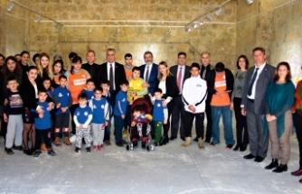 Bakan Çavuşoğlu, Algım Okulu'ndaki öğrencilerin eserlerinden oluşan sergiyi gezdi