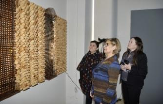 """Meral Akıncı, sanatçı Sema Akbel'in """"Sıradışı"""" isimli sergisini ziyaret etti."""