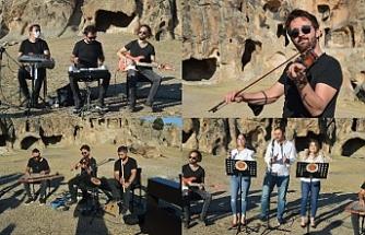 Sosyal medya konseri için tarihi Frigya'da bir araya geldi
