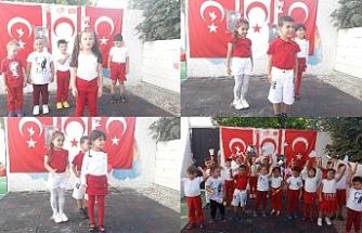 Dünyanın Renkleri Kreş ve Okul Öncesi Eğitim Merkezi'nde Ata'ya saygı duruşu