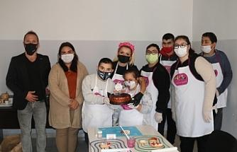 Çocuklar hem keyifli bir gün geçirdi hem de kurabiye yapımını öğrendi
