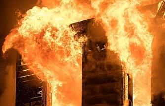 Oturduğu evi yaktı