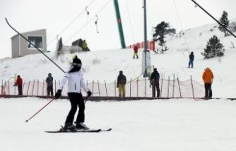 Türkiye'de kış turizmi hareketli günler yaşıyor, kayak merkezleri dolup taşıyor