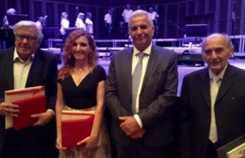 AKEL Lideri Kiprianu, LTB Tiyatrosu adına, Özersay'ın eşi Aliye Ummanel'e plaket verdi