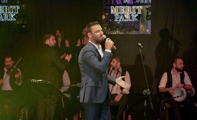Merit Park Hotel'de sahne alan Alişan, en özel şarkılarını anneler için söyledi