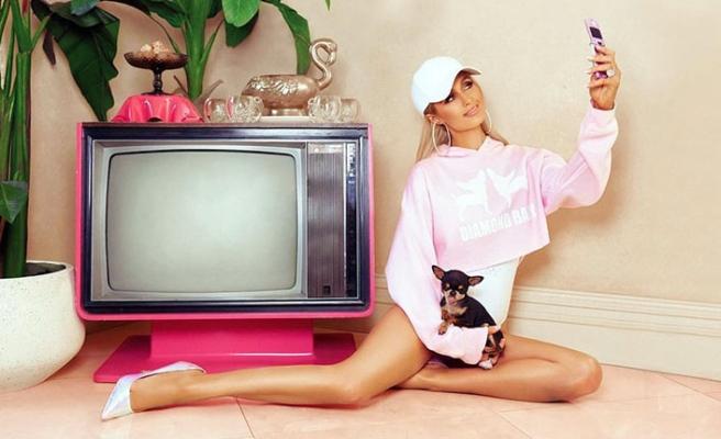 Paris Hilton, yeni koleksiyonuyla 2000'li yıllara götürecek