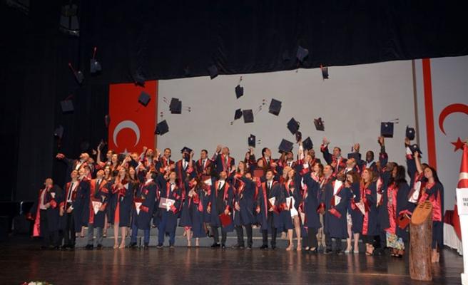 """YDÜ Tıp Fakültesi'nden mezun olan öğrenciler, """"Hekimlik Yemini"""" ettikten sonra diplomalarını aldı"""