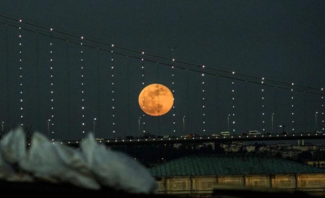 """Dünyanın heyecanla beklediği 21. yüzyılın en uzun """"Kanlı Ay"""" tutulması yaşandı"""