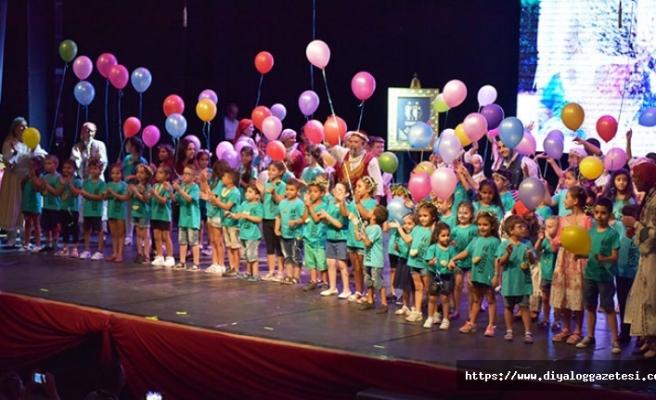 HASDER'de çeşitli görevler üstlenmiş yüzlerce çocuk, genç ve yetişkin gönüllü sahneye çıktı