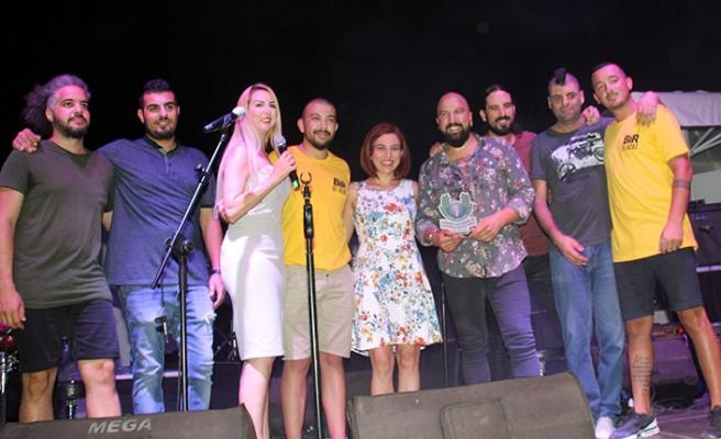 """Kuzey Kıbrıs'ın sevilen sanatçıları """"Bir El Uzat"""" sloganıyla düzenlenen konserde sahne aldı"""