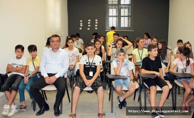 Başbakan Erhürman, 50 öğrencinin katıldığı yaz dönemi kurslarını yerinde izledi
