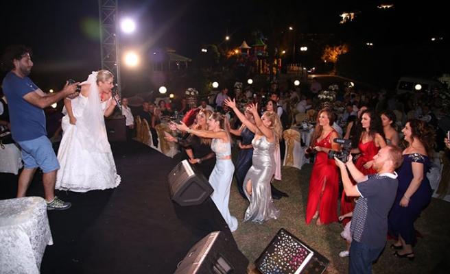 Ayşegül Zaim, düğün gecesinde eşi Gazi Güney'e Sezen Aksu'nun şarkısıyla seslendi