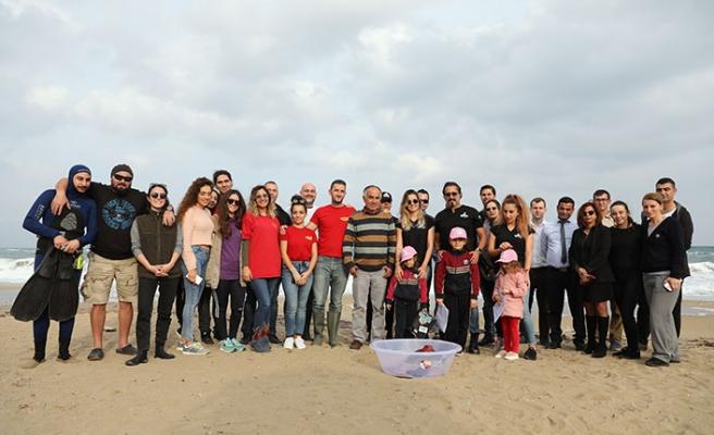 Balıkçıların ağına takılan yavru kaplumbağa Akdeniz sularına geri döndü
