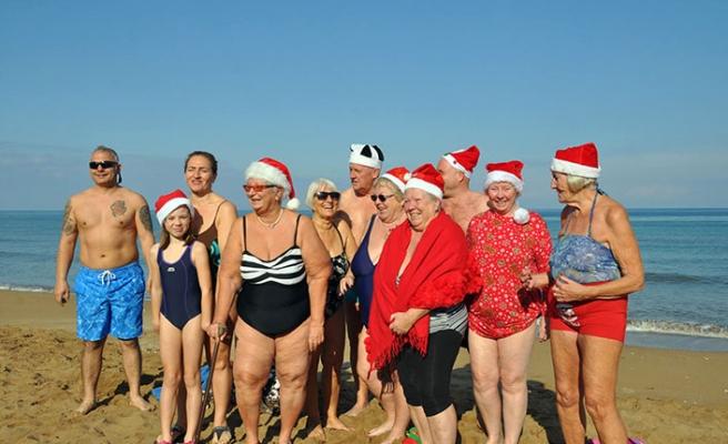 Girne'de yaşayan İngilizler Noel kutlaması çerçevesinde denize girdi