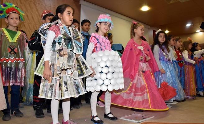 Aydın'da ilkokul öğrencileri atık eşyadan hazırladıkları kıyafetlerle defile düzenledi