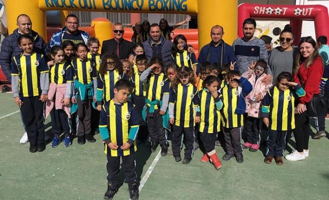 Değirmenlik Belediyesi işbirliğinde ilkokul öğrencilerine Fenerbahçe forması dağıtıldı