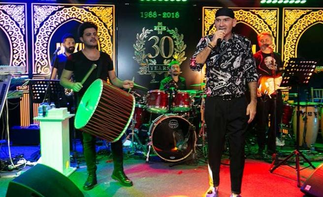 Maxim Royal'de fasıl, dans gösterileri ve şovlarla başlayan eğlence, Altay'ın sahneye çıkmasıyla doruğa çıktı