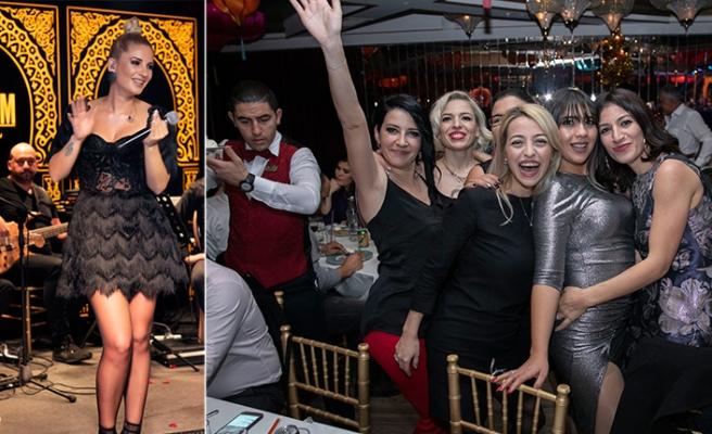 Maxim Royal'de, yine kahkaha, dans ve müzik dolu bir eğlenceye imza atıldı