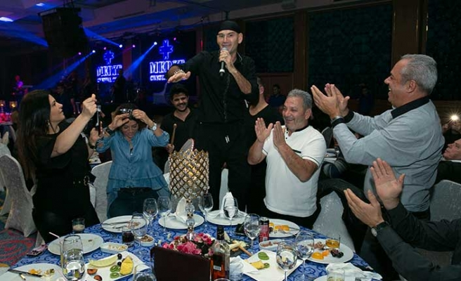 Merit Crystal Cove Hotel'de sahne alan sevilen sanatçı Altay, en özel şarkılarını seslendirdi