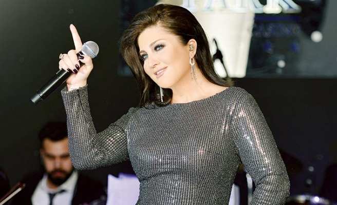 Merit Park Hotel'de sahne alan ünlü sanatçı Sibel Can, programa yeni şarkısıyla başladı