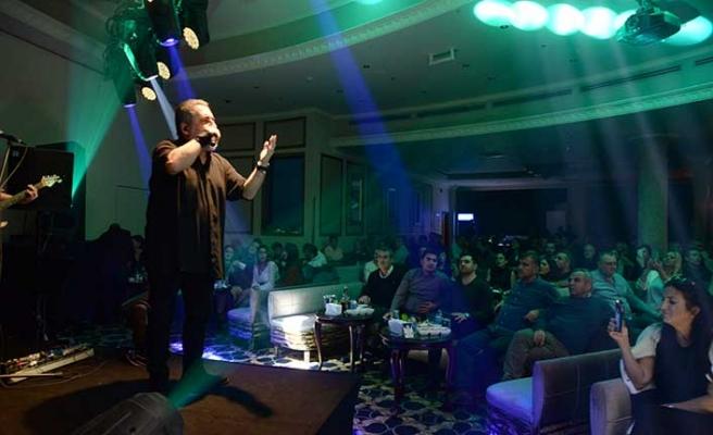 Soner Olgun, yeni yılın ilk konserinde, Letafet sahnesinde sevenlerine eğlenceli bir gece yaşattı