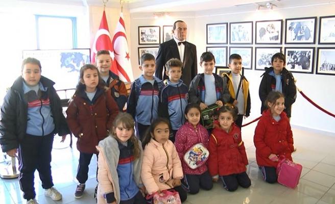 """İlkokulu öğrencileri """"Dr. Fazıl Küçük ve Millî Mücadele"""" temalı sergiyi ziyaret etti"""